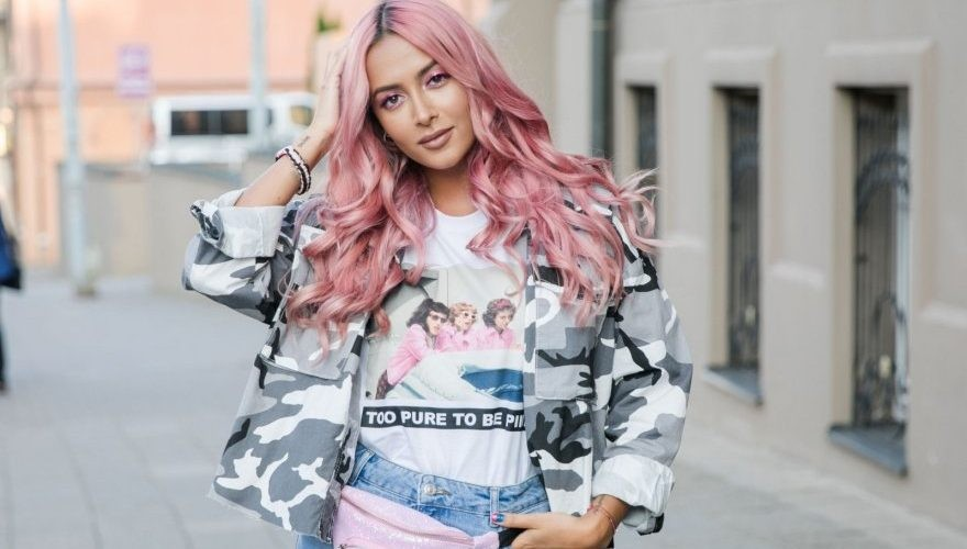"""""""Visada norėjau eksperimentuoti su plaukais. Dabar atėjo toks gyvenimo laikotarpis, kai išdrįsau nusidažyti rožine spalva"""" – Karolina Meschino"""